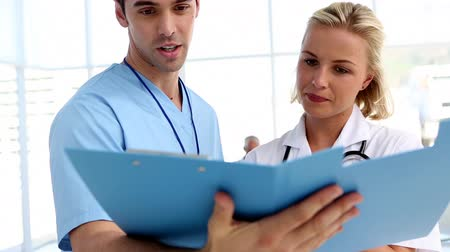 checagem : Doctors analysing a folder in hospital