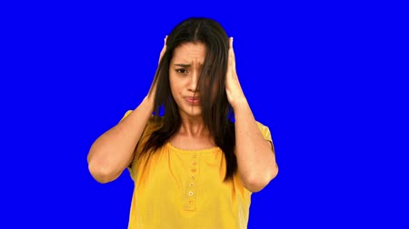kulaklar : Upset woman shaking head in denial on blue screen in slow motion Stok Video