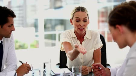 gritar : Irritated businesswoman giving out to colleagues during a meeting Vídeos