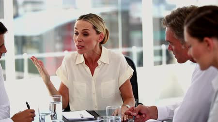 gritar : Angry businesswoman shouting at colleagues during a meeting