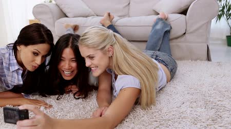 фотосъемка : Friends taking pictures while lying on the rug in the living room