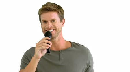 mikrofon : Man with microphone singing on white background in slow motion
