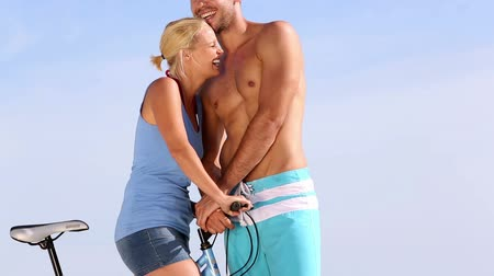 романтика : Lovely couple standing on the beach and kissing on a bike Стоковые видеозаписи