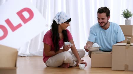 kutu : Couple unwrapping moving boxes in their new house
