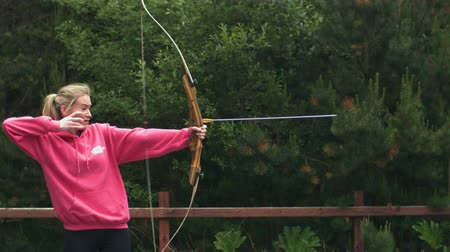 okçuluk : Blonde woman shooting bow and arrow in slow motion