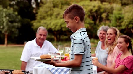 preparar : Cheerful family having a barbecue in the garden