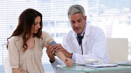 incelenmesi : Doctor checking blood pressure of the patient in the examination room