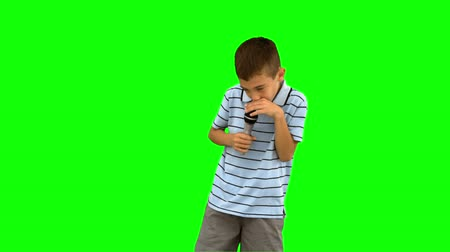 śpiew : Little boy holding a microphone and singing on green screen in slow motion Wideo