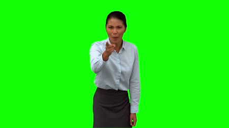gritar : Angry businesswoman pointing on green screen in slow motion