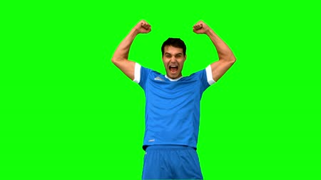 jogador : Happy football player raising arms on green screen in slow motion Vídeos