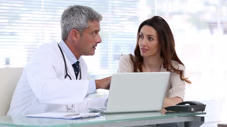 pacjent : Doctor showing something on laptop to patient