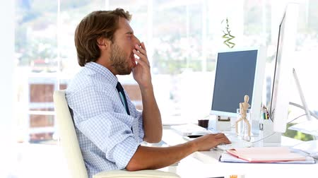 yorgunluk : Businessman yawning and sleeping at his desk