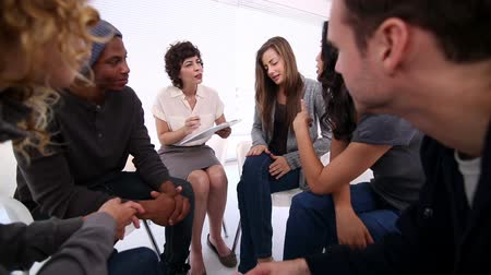 terapi : Woman therapist taking note in group therapy