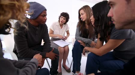 terapia : Patients of group therapy talking in circle