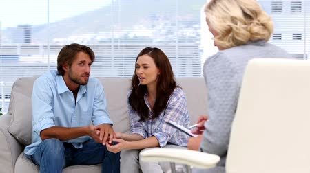 терапия : Couple reconciling thanks to their woman therapist