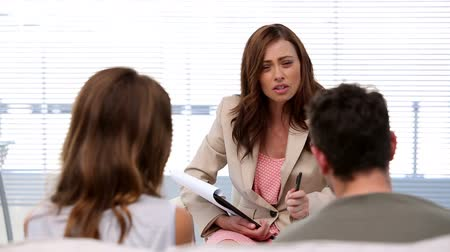 psikoloji : Therapist talking to couple on her office