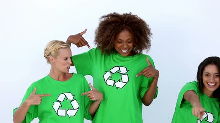 reutilização : Laughing women with green ecologic t-shirt showing recycle sign