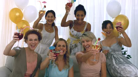 смеющийся : Women toasting with cocktails at a party