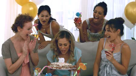 üfleme : Woman celebrating her birthday with friends
