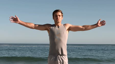 exercícios : Handsome man jumping on a beach in slow motion Vídeos