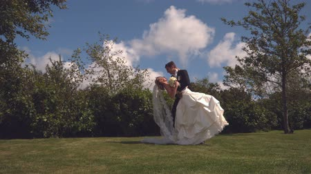 beijo : Beautiful newlywed couple embracing and kissing in slow motion
