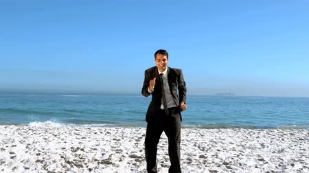 poça de água : Free businessman dancing on the beach in slow motion