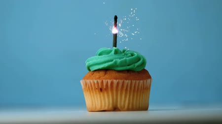 queque : Sparkler burning on a birthday cupcake in slow motion
