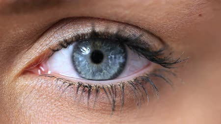 rosto humano : Video of a woman opening her blue eye