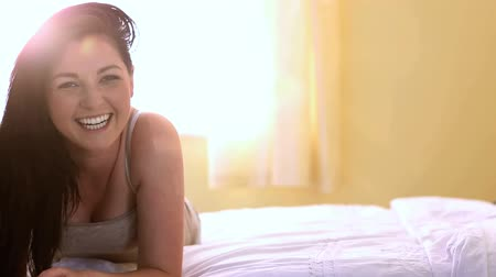 smích : Pretty woman laughing in bed in the bedroom