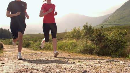 corrida : Fit couple jogging on a country trail in slow motion