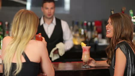 barista : Belle donne avere un cocktail insieme in un elegante bar Filmati Stock