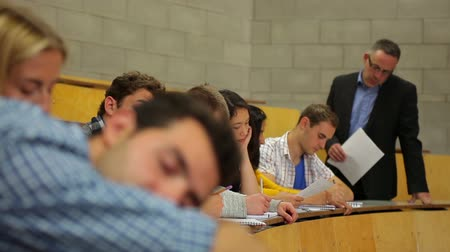 atenção : Student napping in the lecture hall and then waking up at the university Vídeos