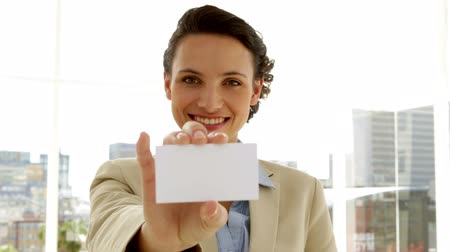 wizytówka : Smiling businesswoman showing her card in the office