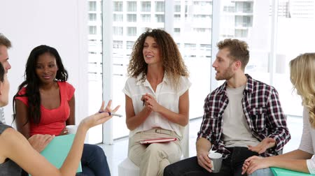 conversando : Young people talking together in group therapy