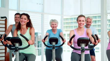 eğitici : Fitness group doing a spinning class at the gym