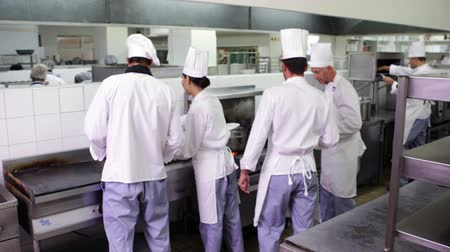 mutfak : Chefs at work in a busy kitchen in a commercial kitchen