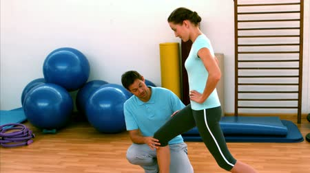 eğitici : Woman doing lunges with her trainer in slow motion Stok Video
