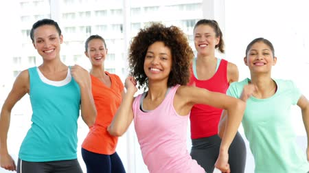 sınıf : Pretty instructor leading dance class in fitness studio at the gym