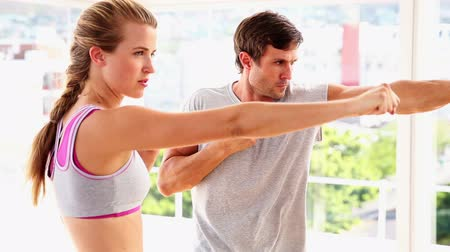 boxe : Fit couple punching together at the gym