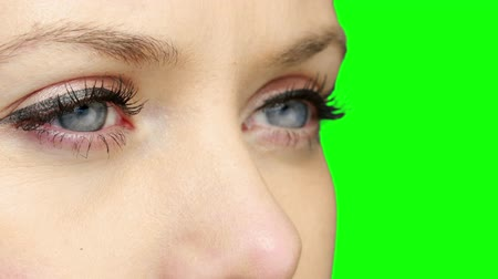 vysoká klíč : Pretty girl wearing eyeliner looking and blinking on green screen background Dostupné videozáznamy