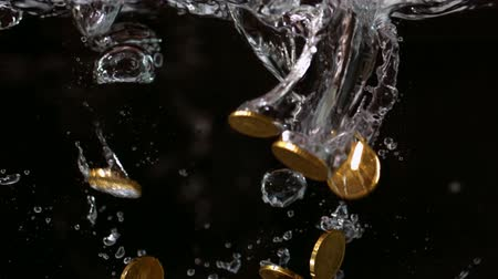 mince : Euro coins falling into water in slow motion Dostupné videozáznamy