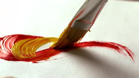 boya fırçası : Painter painting with yellow paint and paintbrush in slow motion Stok Video