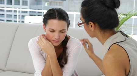 terapeuta : Attractive psychoanalyst talking with young woman at therapy session