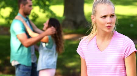 гнев : Upset girl watching her crush flirt with another girl on a sunny day