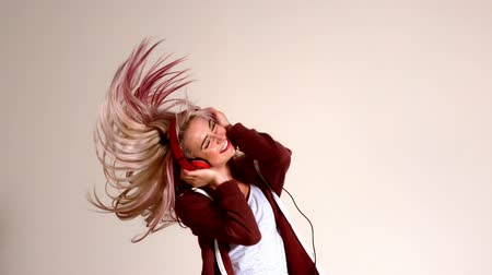 blond vlasy : Sporty blonde listening to music and shaking her hair in slow motion Dostupné videozáznamy