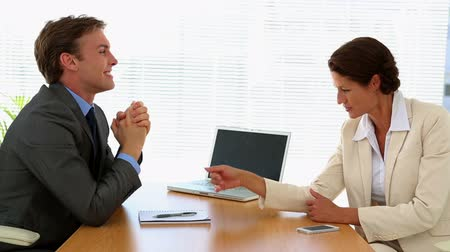 диалог : Business people talking together at desk in the office
