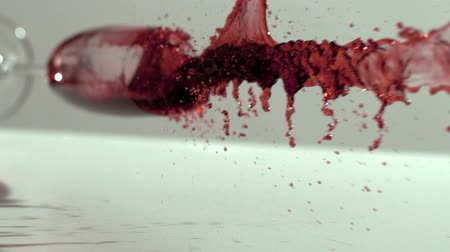 rozlití : Glass of red wine falling and spilling in slow motion Dostupné videozáznamy