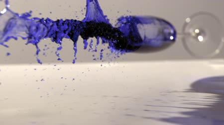 rozlití : Glass of blue ink falling and spilling in slow motion Dostupné videozáznamy