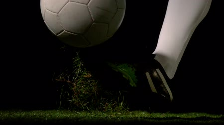 jogadores : Football player kicking the ball in slow motion