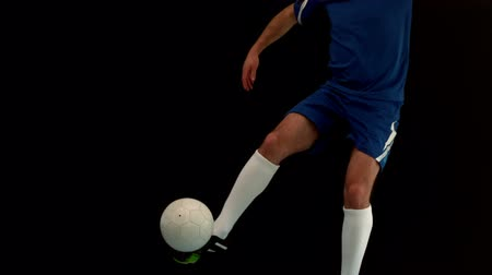 futbol topu : Football player kicking the ball in slow motion